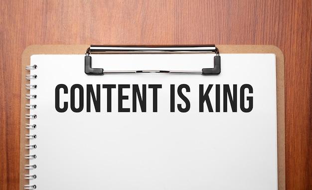 Le contenu est un texte roi sur du papier blanc sur la table en bois