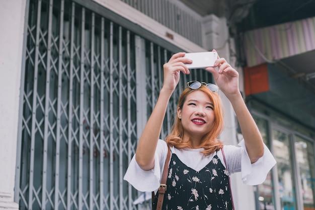 Contenu jeune femme prenant des photos mémorables