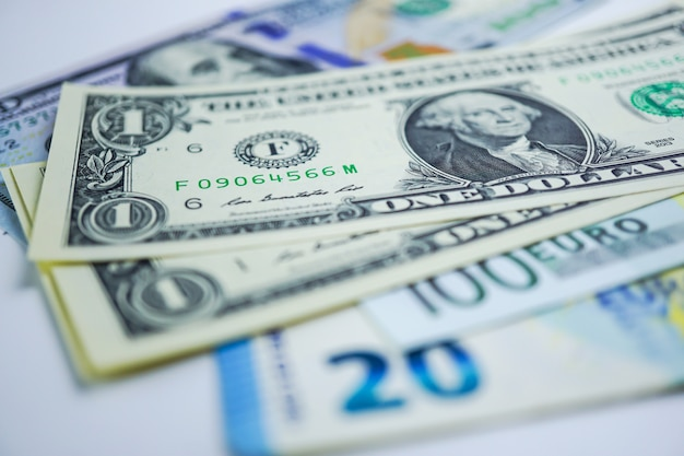 Contexte des billets de banque en dollars américains et en euros: compte bancaire, recherche en analyse des investissements.