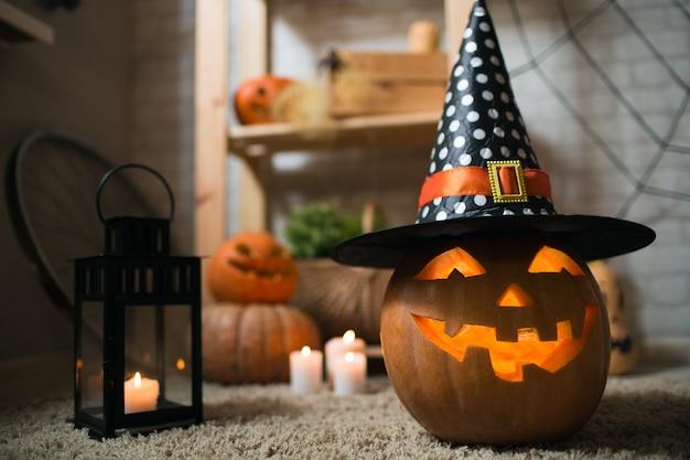 Contexte des bougies pumpkin spiders et autres attributs des vacances d'automne happy halloween