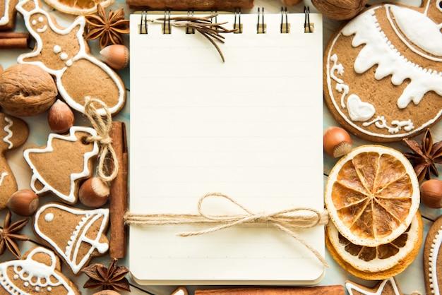 Contexte un cahier et un ensemble de pain d'épice