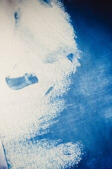 Contexte chaotique incertain. coups de peinture bleue faits par un doigt. frottis de doigt bleu sur fond blanc isolé. espace de fond abstrait pour la base de texte