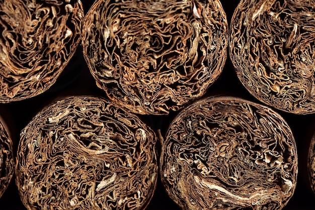Contexte des cigares cubains. tas de cigares sur une vieille surface en bois.