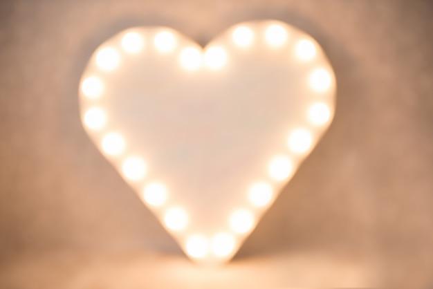 Contexte. coeur illuminé dans un flou. défocalisation