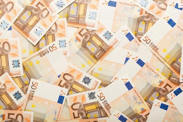 Contexte composé de billets en euros épars 50 cinquante billets. argent, affaires, finances, épargne, concept bancaire. taux d'échange.