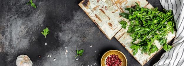 Contexte de la cuisine. ingrédients pour la cuisson du menu des aliments sur fond noir. bannière, lieu de recette de menu pour le texte, vue de dessus.