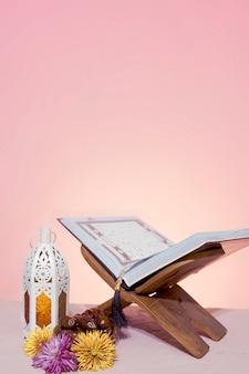 Contexte du ramadan. rehal avec le coran ouvert. coran ouvert dans un set de table en bois