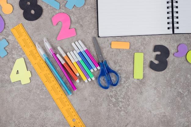Contexte De L'école Avec Assortiment De Fournitures De Papeterie. Photo Premium