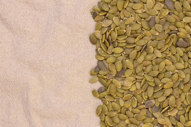 Contexte. graines de citrouille sur lin naturel. graines de citrouille vitamines du groupe b et magnésium.