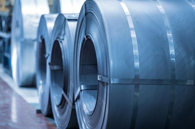 Contexte industriel. bobine en acier de grande taille stockée à l'intérieur d'un entrepôt industriel, image aux tons bleus.