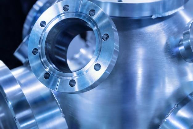 Contexte industriel, boîtier en métal lourd avec brides métalliques soudées. faible profondeur de champ. tonifiant dans la couleur bleu métal froid industriel.
