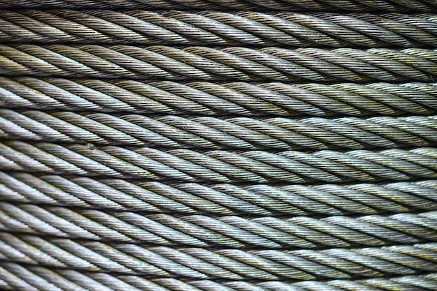Contexte industriel avec un câble en acier enroulé.