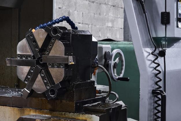 Contexte industriel - détail de la machine-outil, mandrin de broche de tour avec six mâchoires sur la contre-pointe