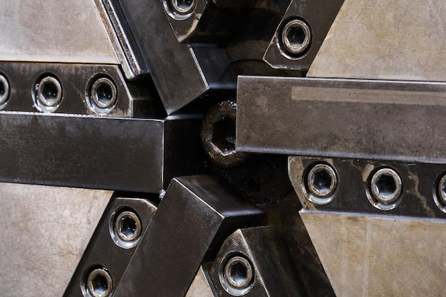 Contexte industriel - détail de la machine-outil, mandrin de broche de tour avec six mâchoires en gros plan