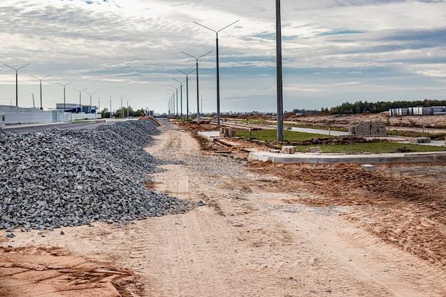 Contexte industriel avec tas de gravier. extraction de gravier. construction de routes. des tas de gravier sur chantier.
