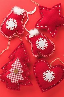 Contexte des jouets d'arbre de noël en textile sur une vue de dessus de fond rouge