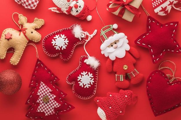 Contexte de jouets de noël textile sur un fond rouge