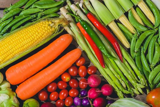 Contexte de légumes frais et savoureux varis sains sont sur la table en bois