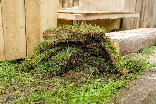 Contexte - morceaux de gazon sur le fond des structures en bois