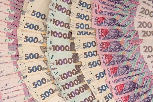 Contexte de nouveaux billets de 1000 500 200 uah sur le bureau. argent et économiser le concept. contexte financier. hryvnia
