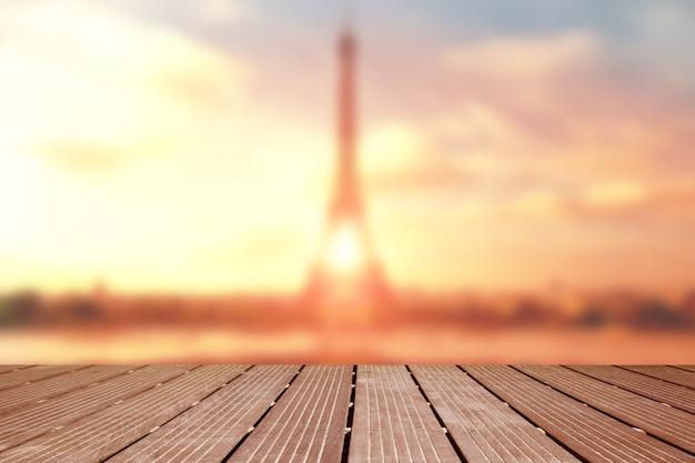 Contexte. paysage flou de la tour eiffel avec terrasse en bois
