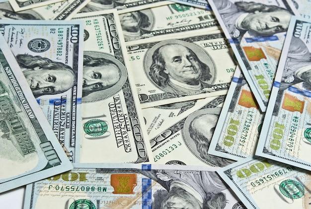 Contexte de plusieurs billets de cent dollars
