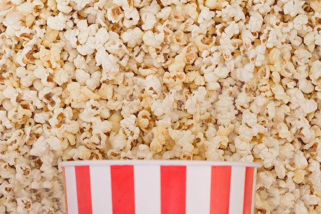 Contexte. popcorn et bol vue de dessus, concept de cinéma. mise à plat. copyspace
