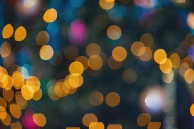Contexte pour le concepteur. lumières multicolores floues sur un arbre de noël.