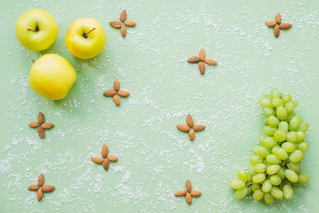 Contexte sain avec des fruits et des amandes décoratives