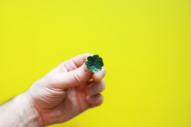 Contexte de la saint-patrick. célébration religieuse chrétienne irlandaise. symbole de trèfle à quatre feuilles bonne chance.