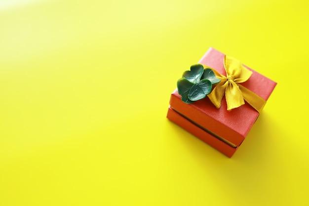 Contexte de la saint-patrick. célébration religieuse chrétienne irlandaise. trèfle à quatre feuilles symbole de bonne chance avec boîte-cadeau.