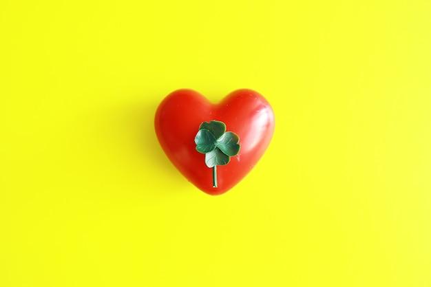 Contexte de la saint-patrick. célébration religieuse chrétienne irlandaise. trèfle à quatre feuilles symbole de bonne chance avec forme de coeur.
