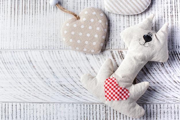 Contexte de la saint-valentin. chat avec coeur sur fond en bois copiez l'espace.