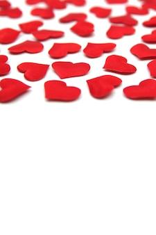 Contexte de la saint-valentin. coeurs lumineux rouges isolés.