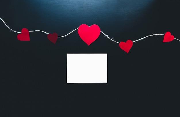 Contexte de la saint-valentin. coeurs en papier sur fond bleu
