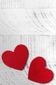 Contexte de la saint-valentin. deux coeurs sur un fond en bois. copiez l'espace.