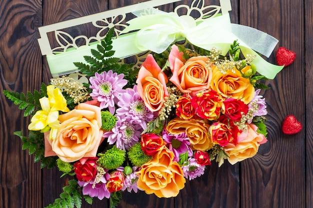 Contexte de la saint-valentin ou le jour du mariage. beau bouquet de fleurs en cadeau.