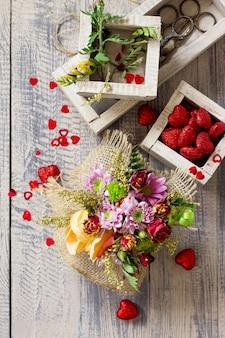 Contexte saint-valentin ou mariage. bouquet de corbeille de roses et de chrysanthèmes.