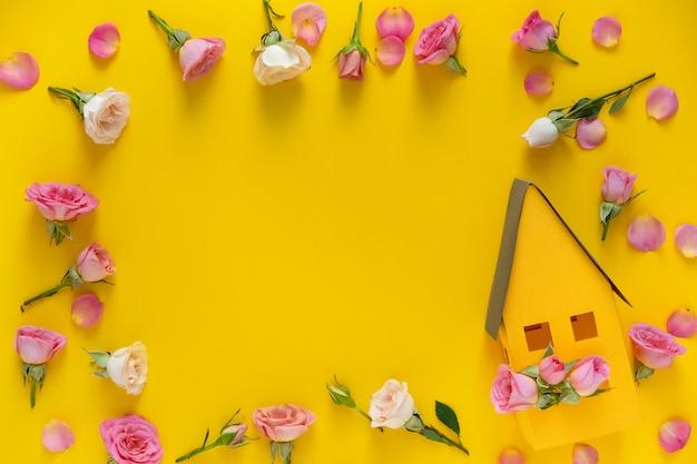 Contexte de la saint-valentin. motif floral cadre rond composé de roses roses et beiges, feuilles vertes sur fond jaune.