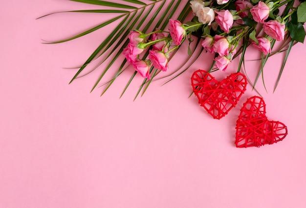Contexte de la saint-valentin. roses sur fond rose pastel. la saint-valentin .