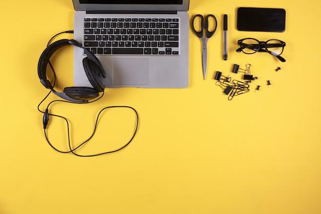 Contexte de travail des étudiants sur jaune