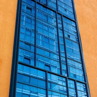 Contexte urbain - un fragment de la façade avec vitrage, qui reflète un autre bâtiment