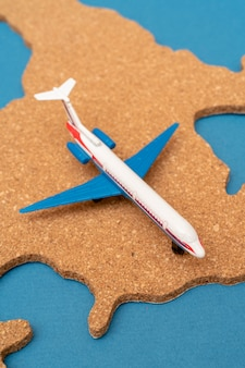 Contour du continent amérique et l'avion.