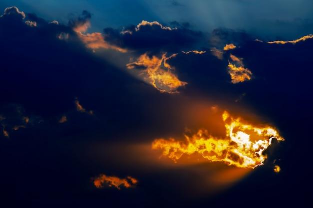 Le contraste expressif des nuages dans le ciel et le soleil