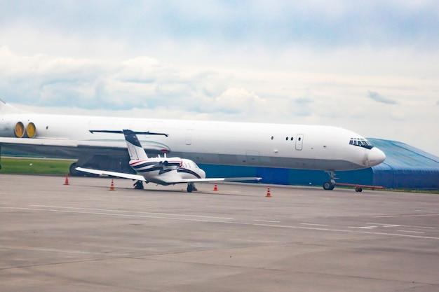 Le contraste des petits et grands avions côte à côte à l'aéroport