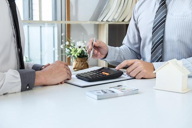 Contrat d'achat de vente pour acheter une maison, l'agent immobilier présente un prêt immobilier et donne les clés au client après avoir signé un contrat d'achat de maison avec un formulaire de demande de propriété approuvé.