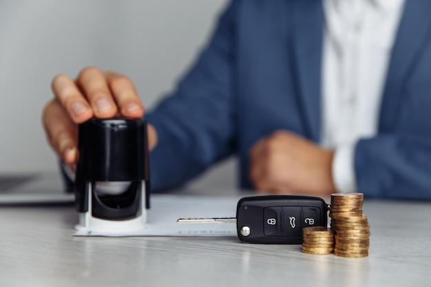 Contrat d'estampage vendeur de voitures, concept à vendre voiture, assurance avec voiture