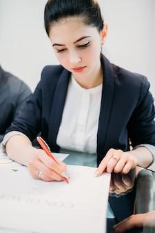 Contrat de signature de femme. partenariat professionnel