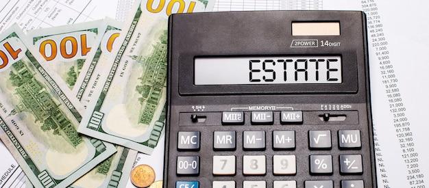 Contre la surface de l'argent et des documents se trouve une calculatrice noire avec le texte estate sur le tableau de bord
