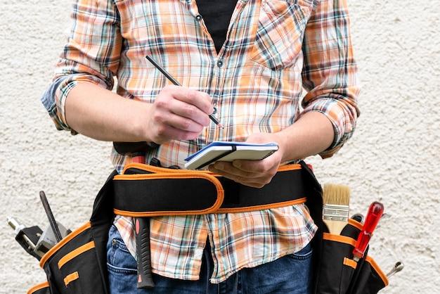 Contremaître avec une ceinture à outils